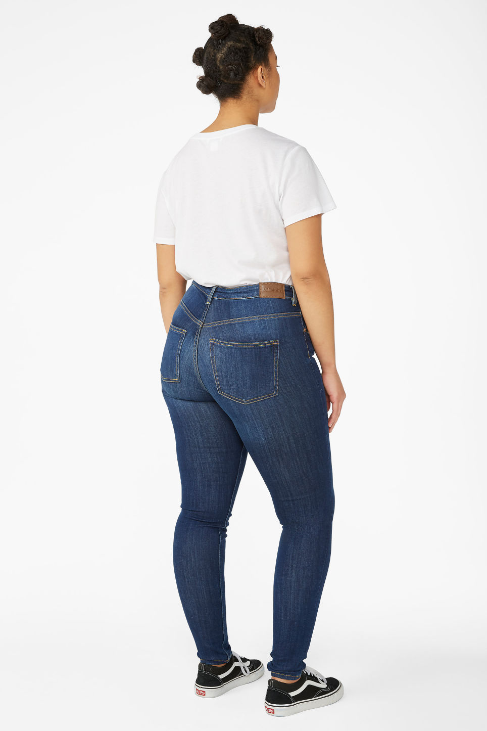 Model back image of Monki mocki mid blue jeans in blue