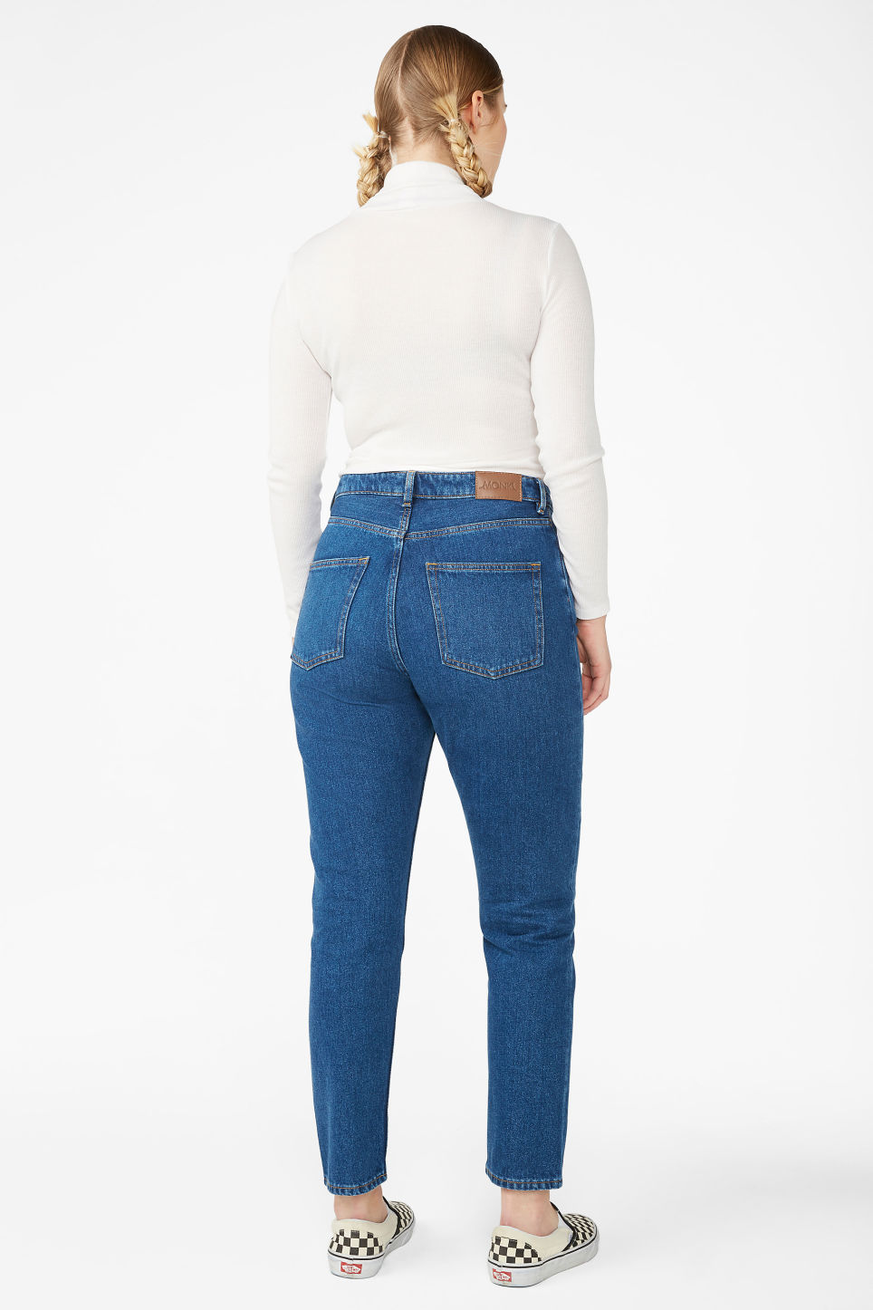 Model back image of Monki kimomo classic jeans in blue