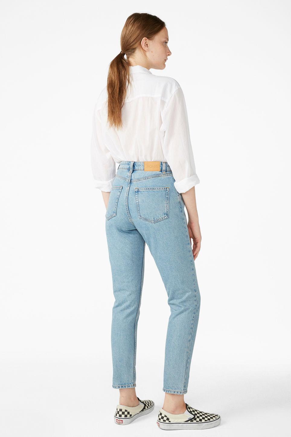 Model back image of Monki kimomo mid blue jeans in blue