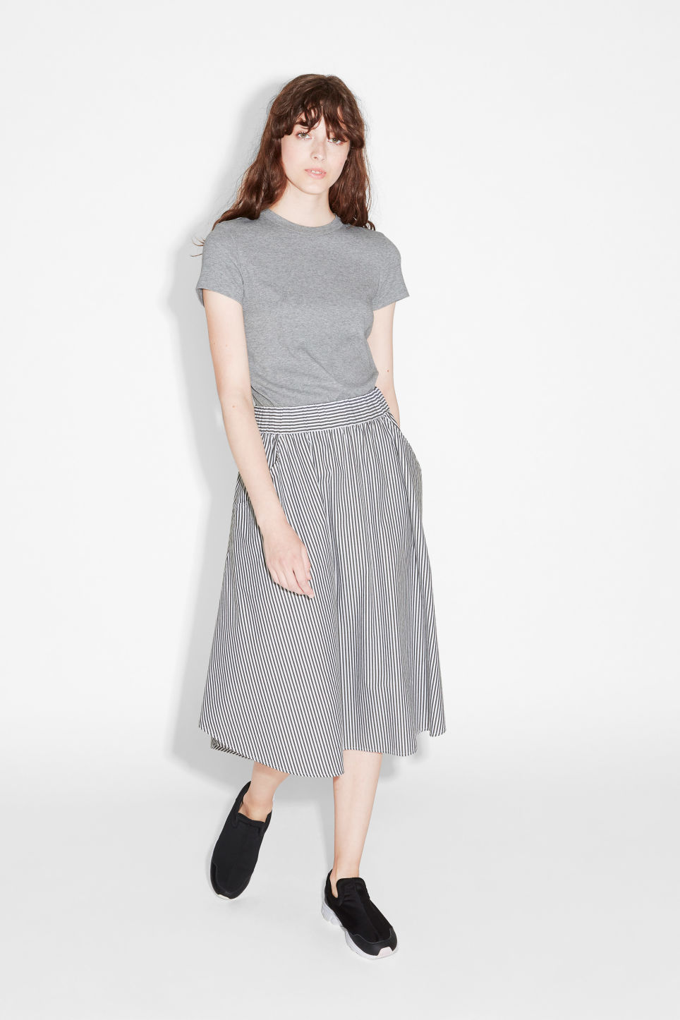 Model side image of Monki ribbed tee in grey