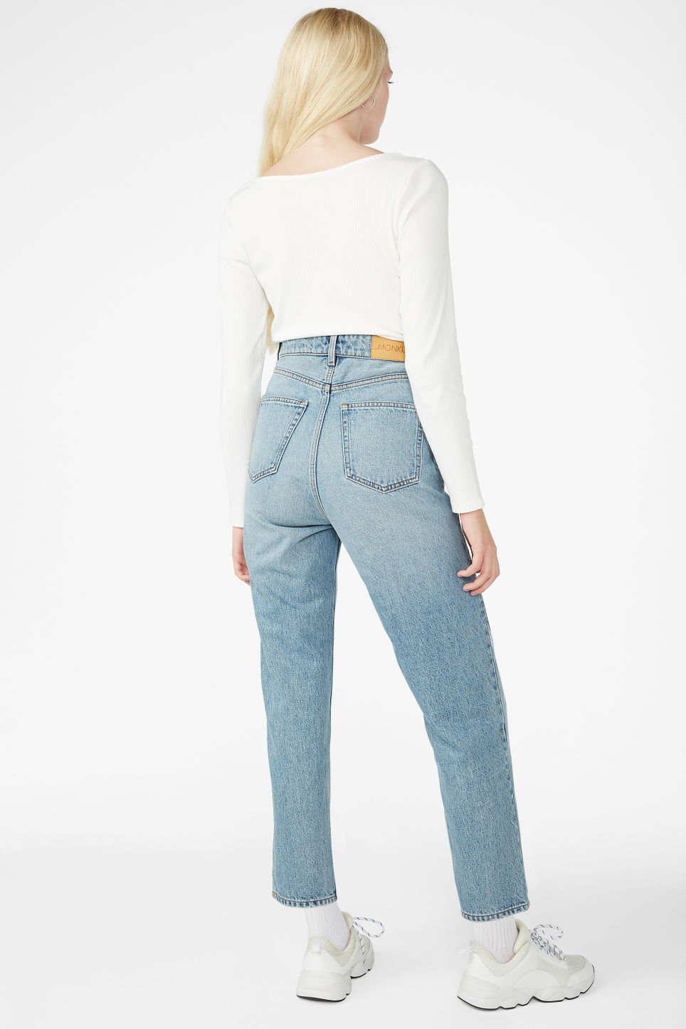 Model back image of Monki taiki jeans blue in blue