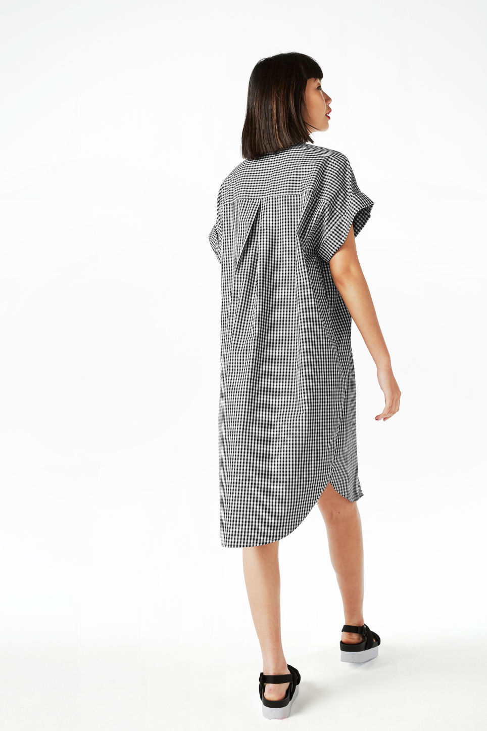 Model back image of Monki oversize shirt dress in black