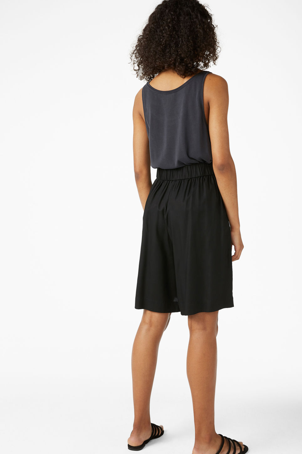 Model back image of Monki pleat front culottes in black
