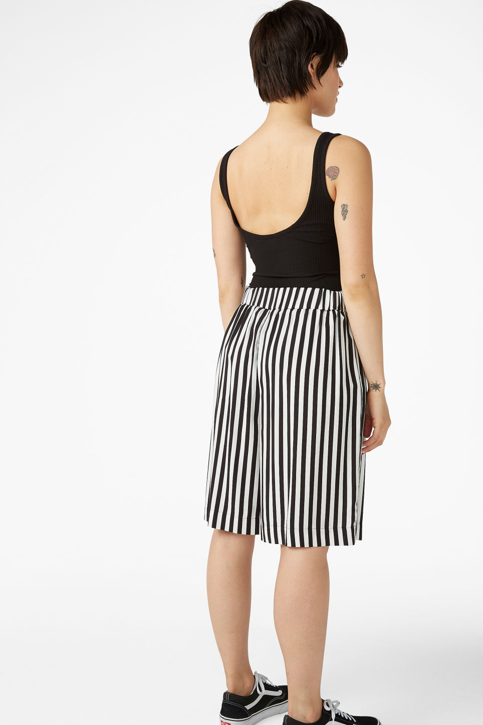 Model back image of Monki pleat front culottes in white