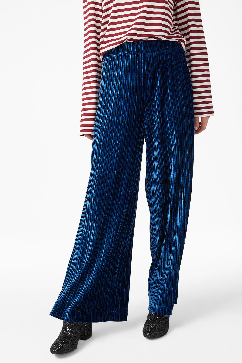Model front image of Monki velvet pleated trousers in blue