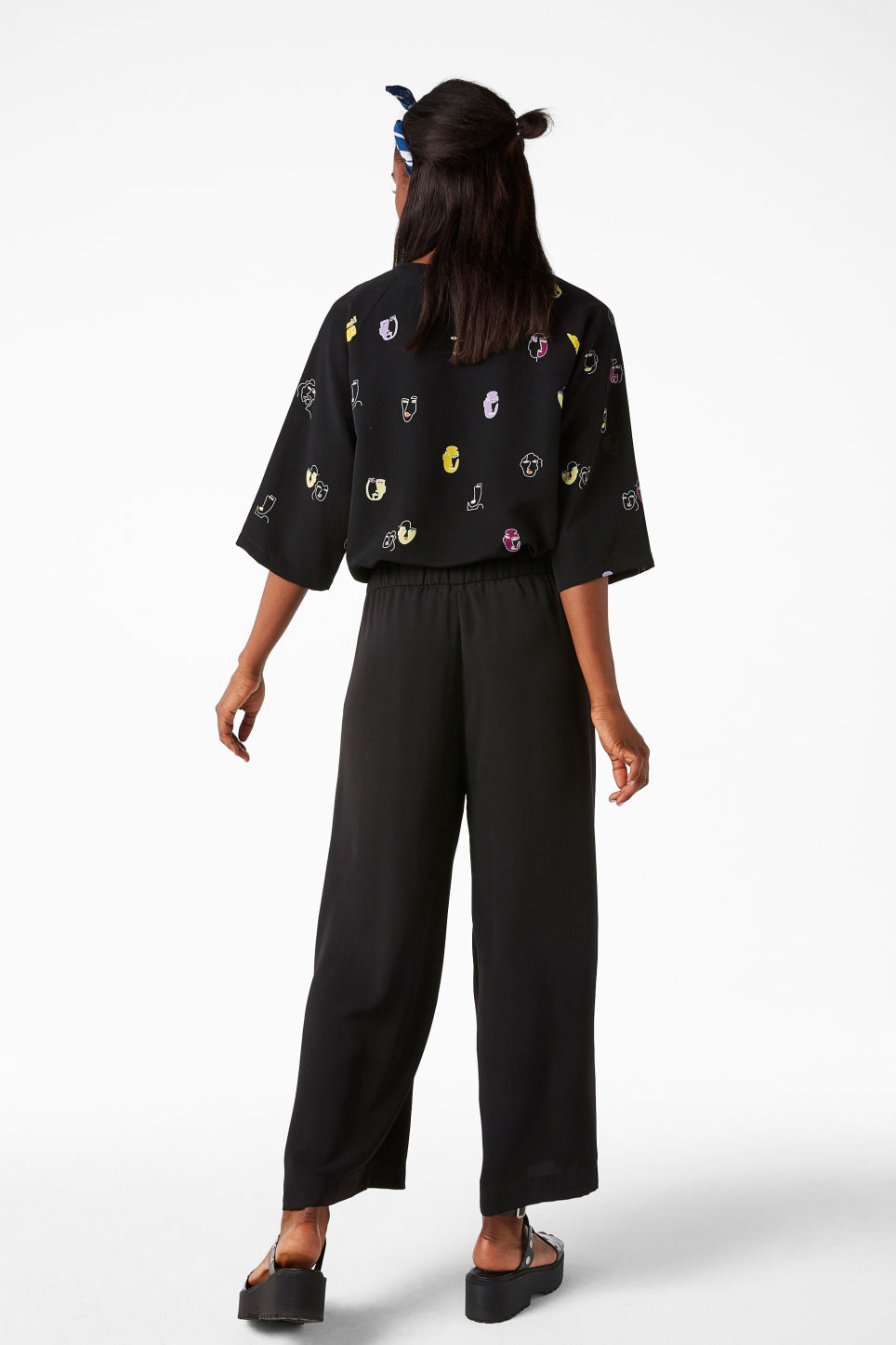 Model back image of Monki wide swing trousers in black