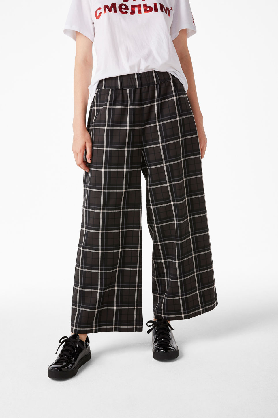 Model front image of Monki wide swing trousers in grey