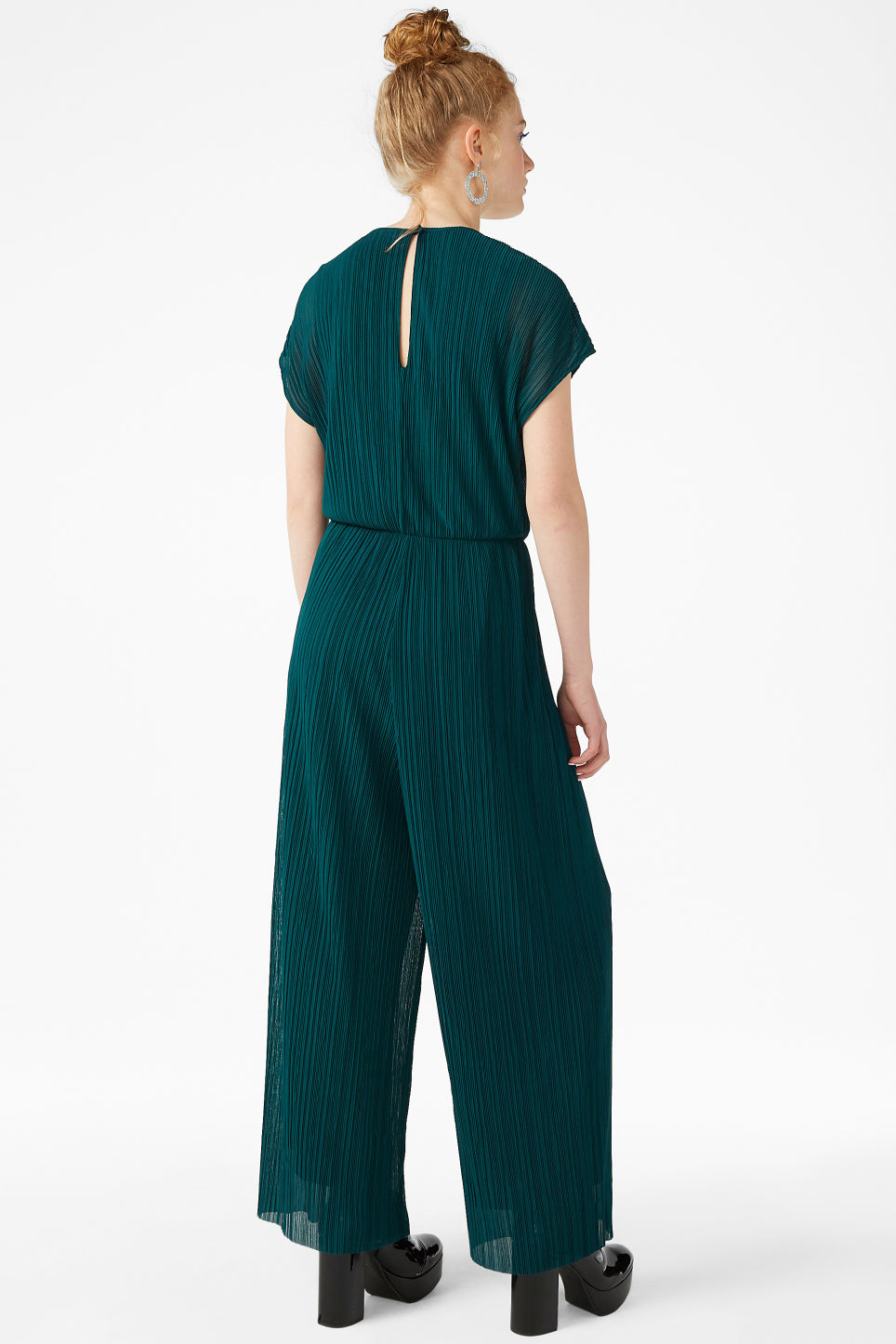 Model back image of Monki pleated jumpsuit in turquoise