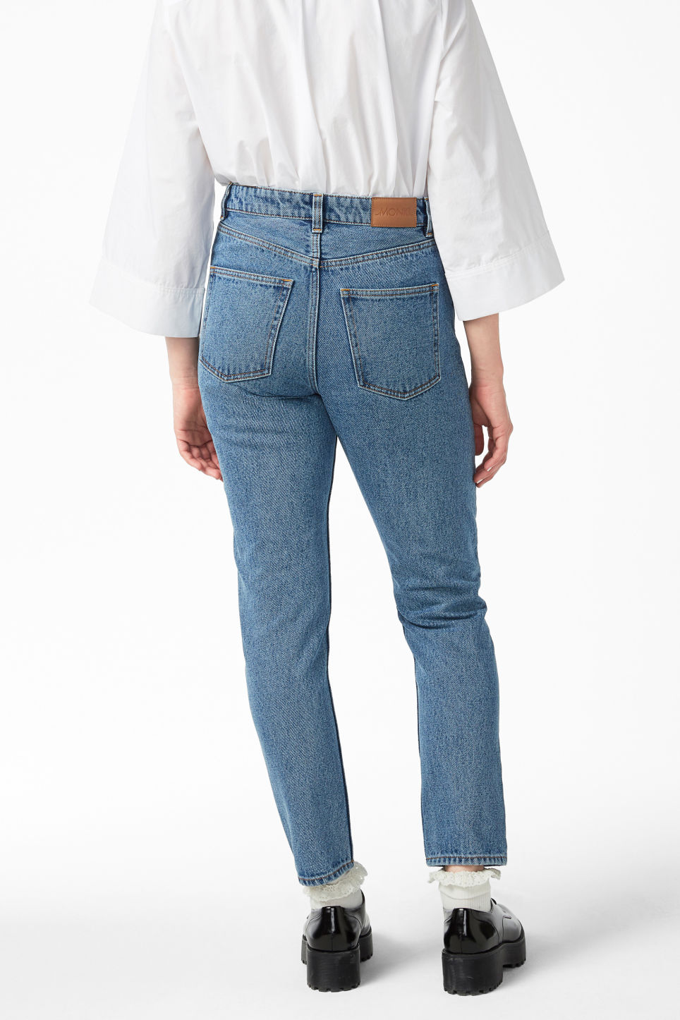 Model back image of Monki kimomo statement jeans in blue