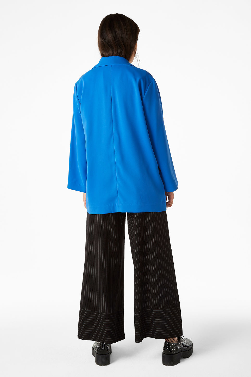 Model back image of Monki long blazer in blue