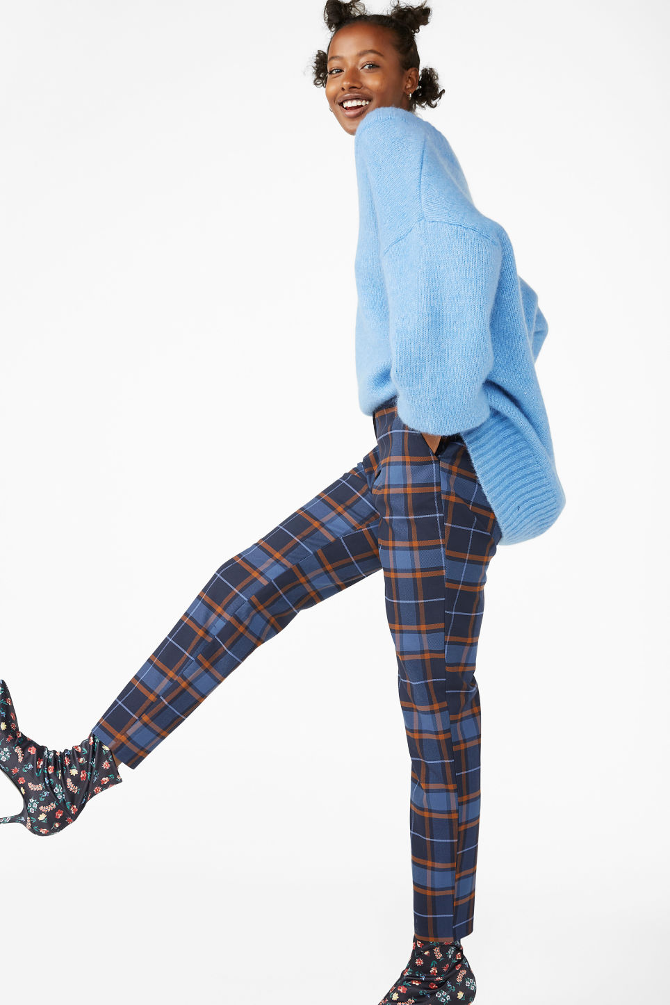 Model front image of Monki dressy tapered trousers in blue