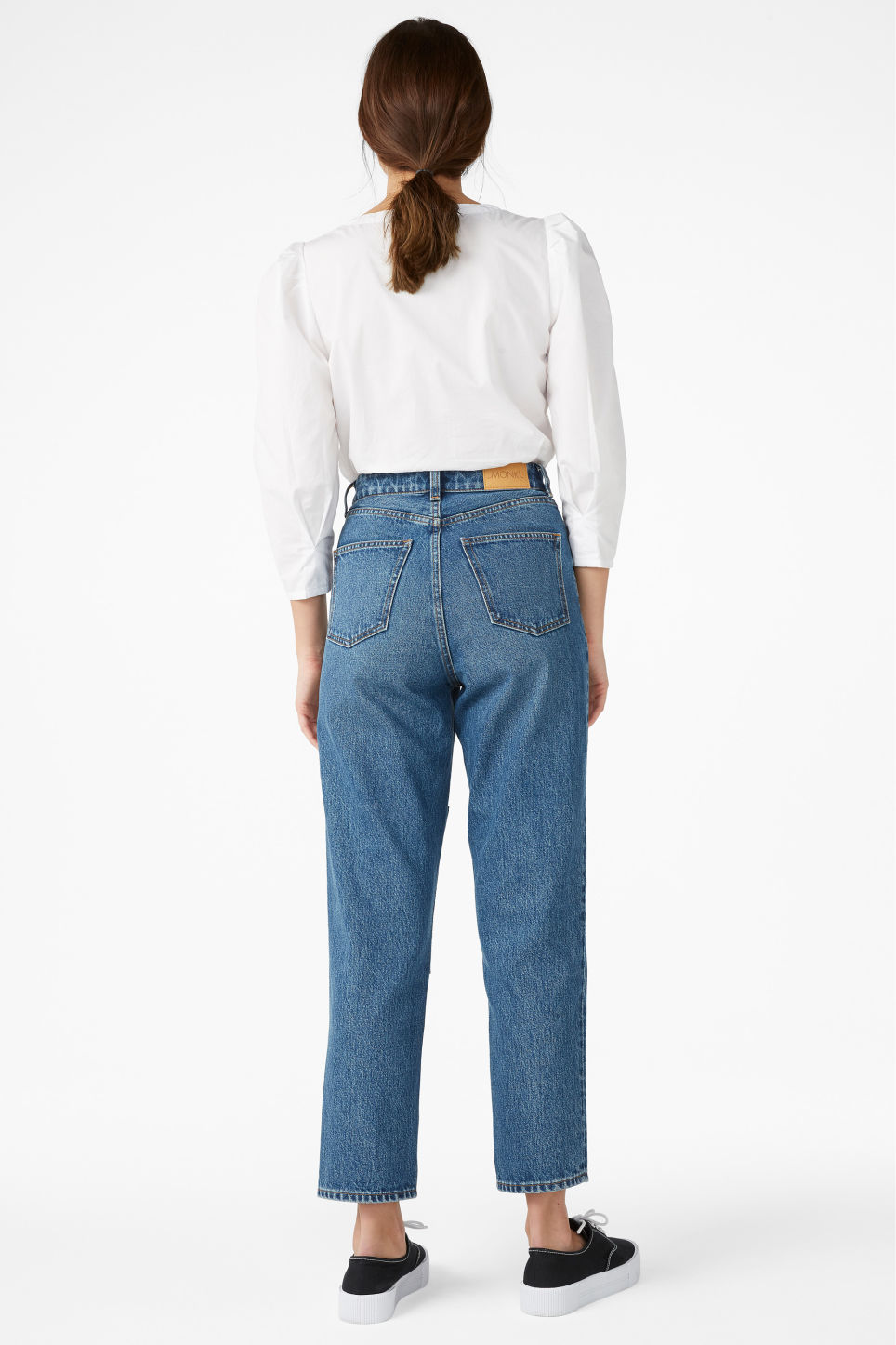 Model back image of Monki taiki jeans with knee patch in blue