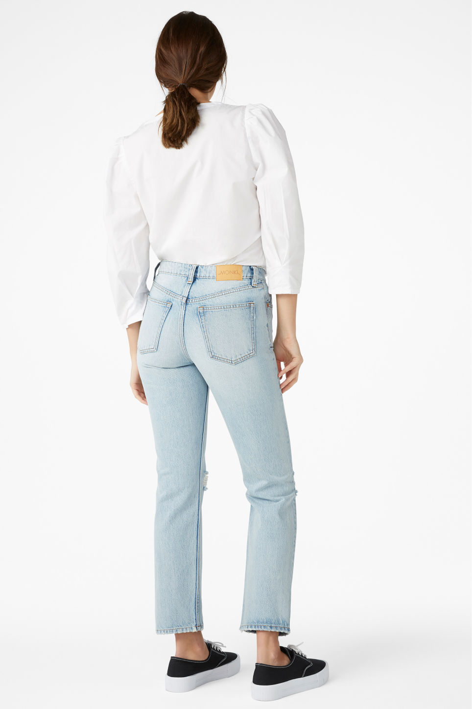 Model back image of Monki mokonoki distressed jeans in blue
