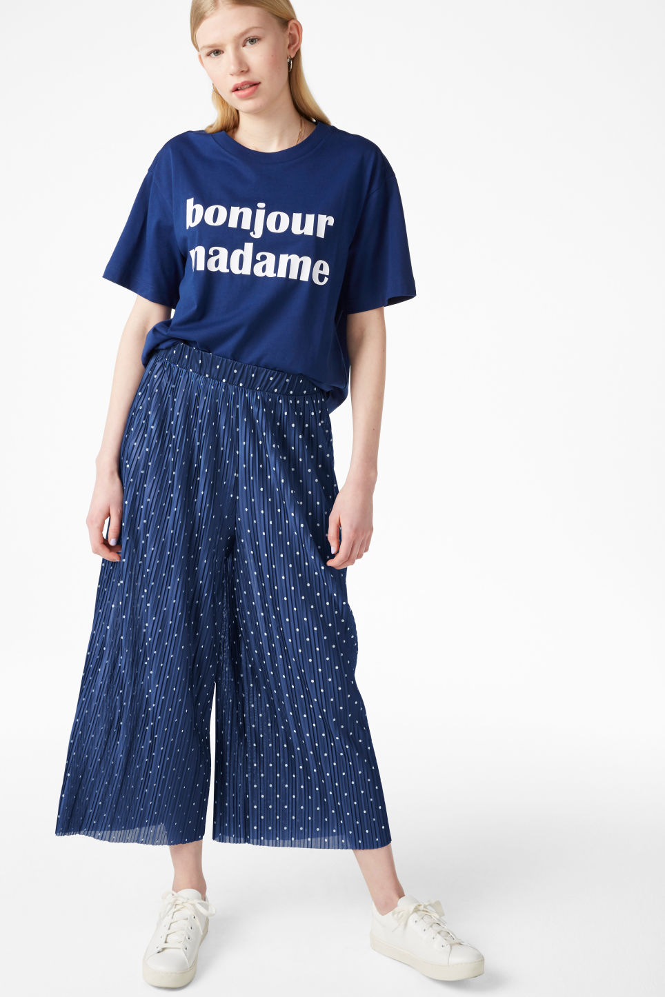 Model front image of Monki flowy trousers in blue