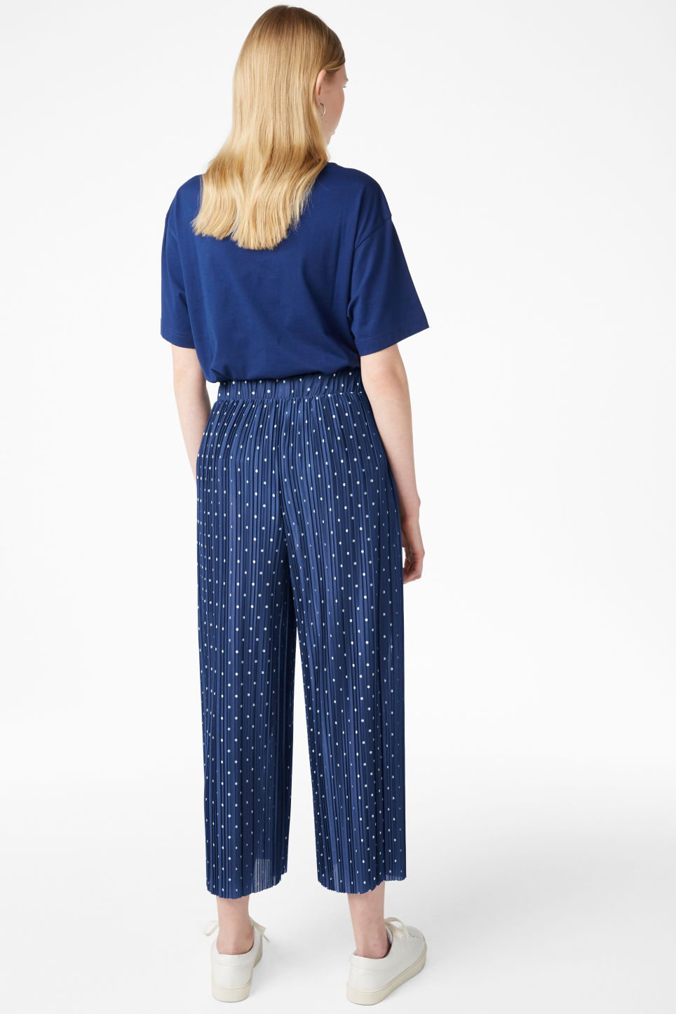 Model back image of Monki flowy trousers in blue