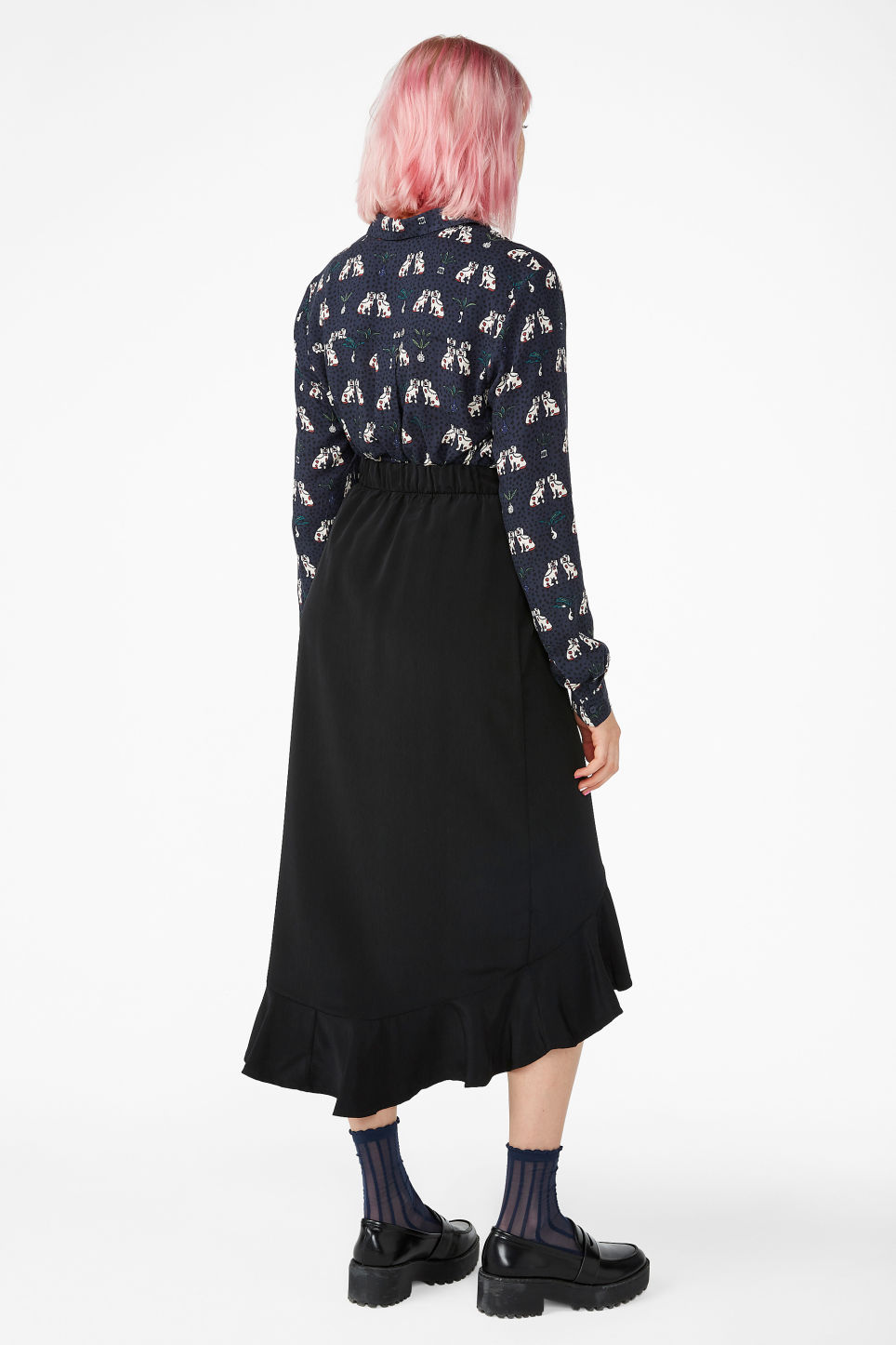 Model back image of Monki ruffle hem skirt  in black