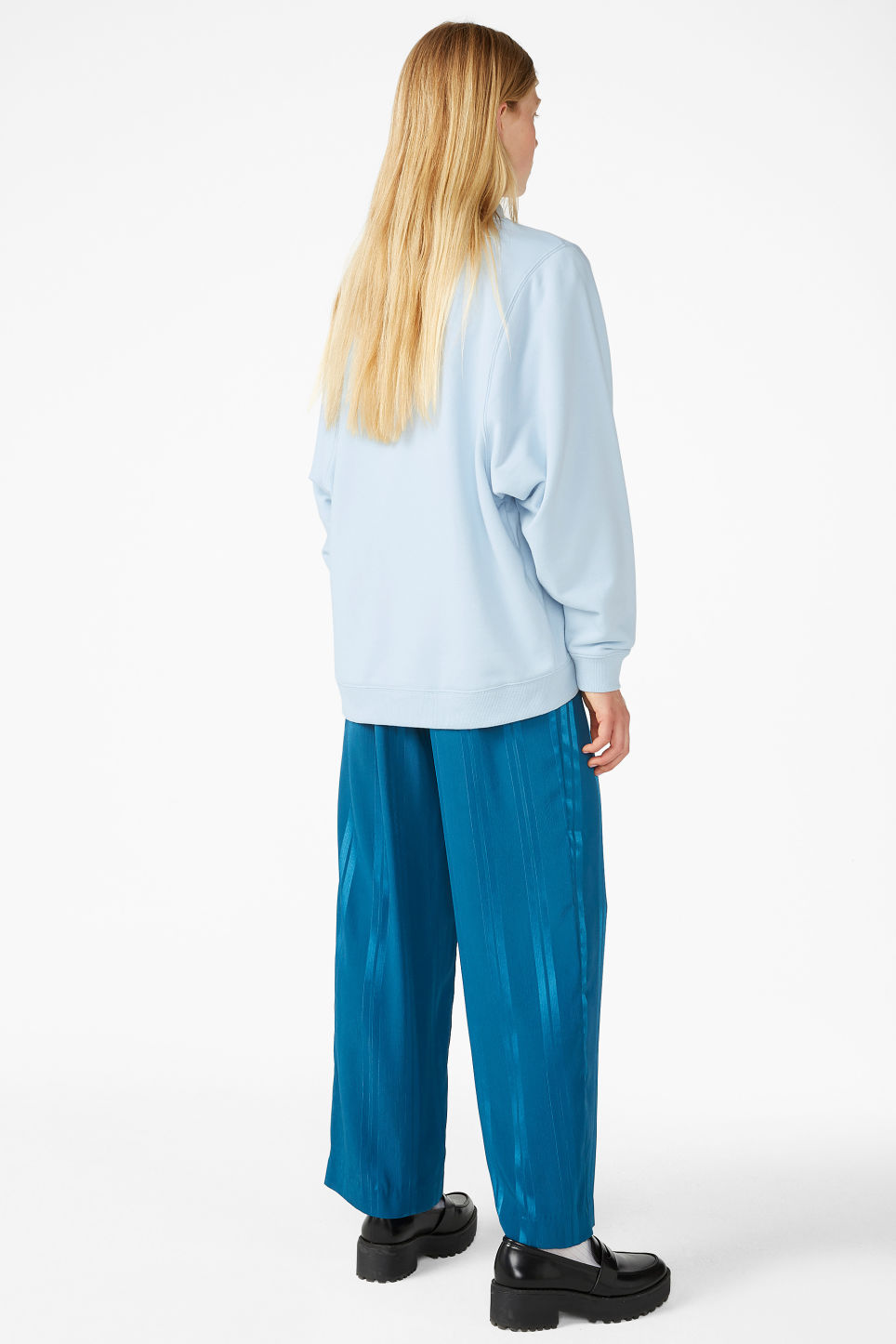 Model back image of Monki oversized sweater in blue
