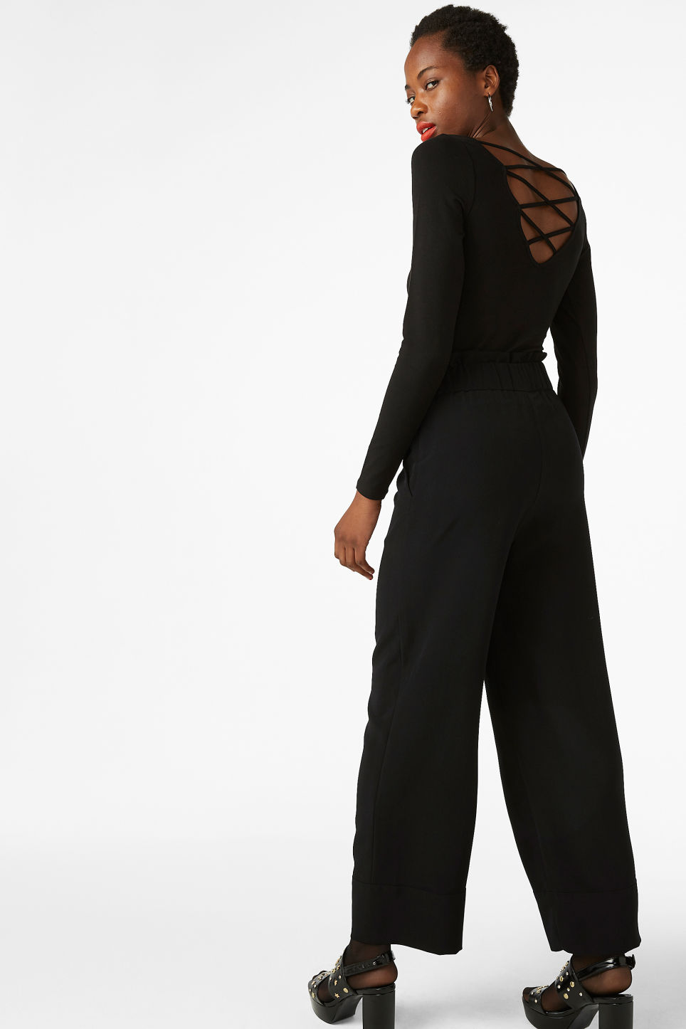 Model back image of Monki v neck top in black