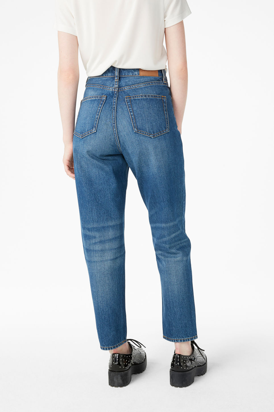 Model back image of Monki taiki jeans classic in blue