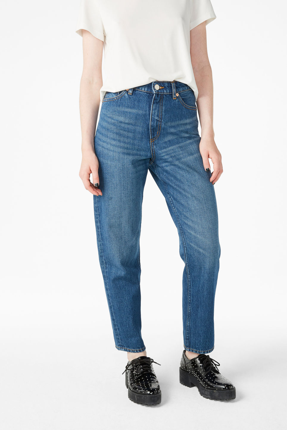 Model side image of Monki taiki jeans classic in blue