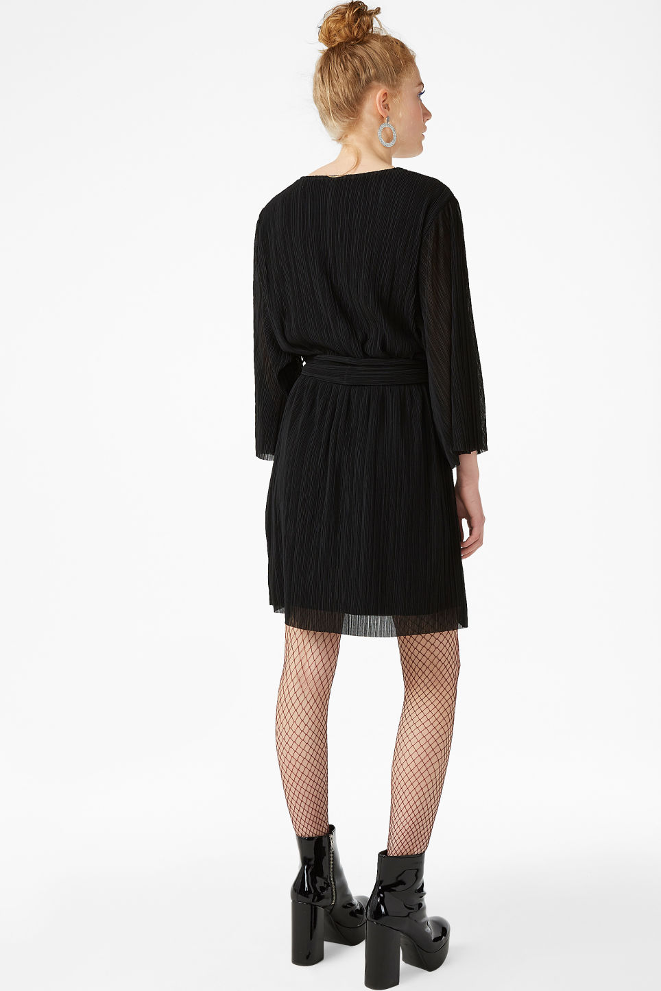 Model back image of Monki pleated dress in black