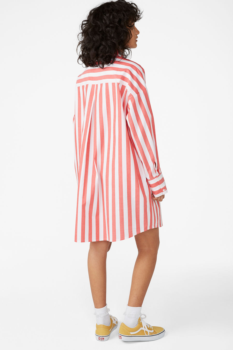 Model back image of Monki oversized shirt dress in red