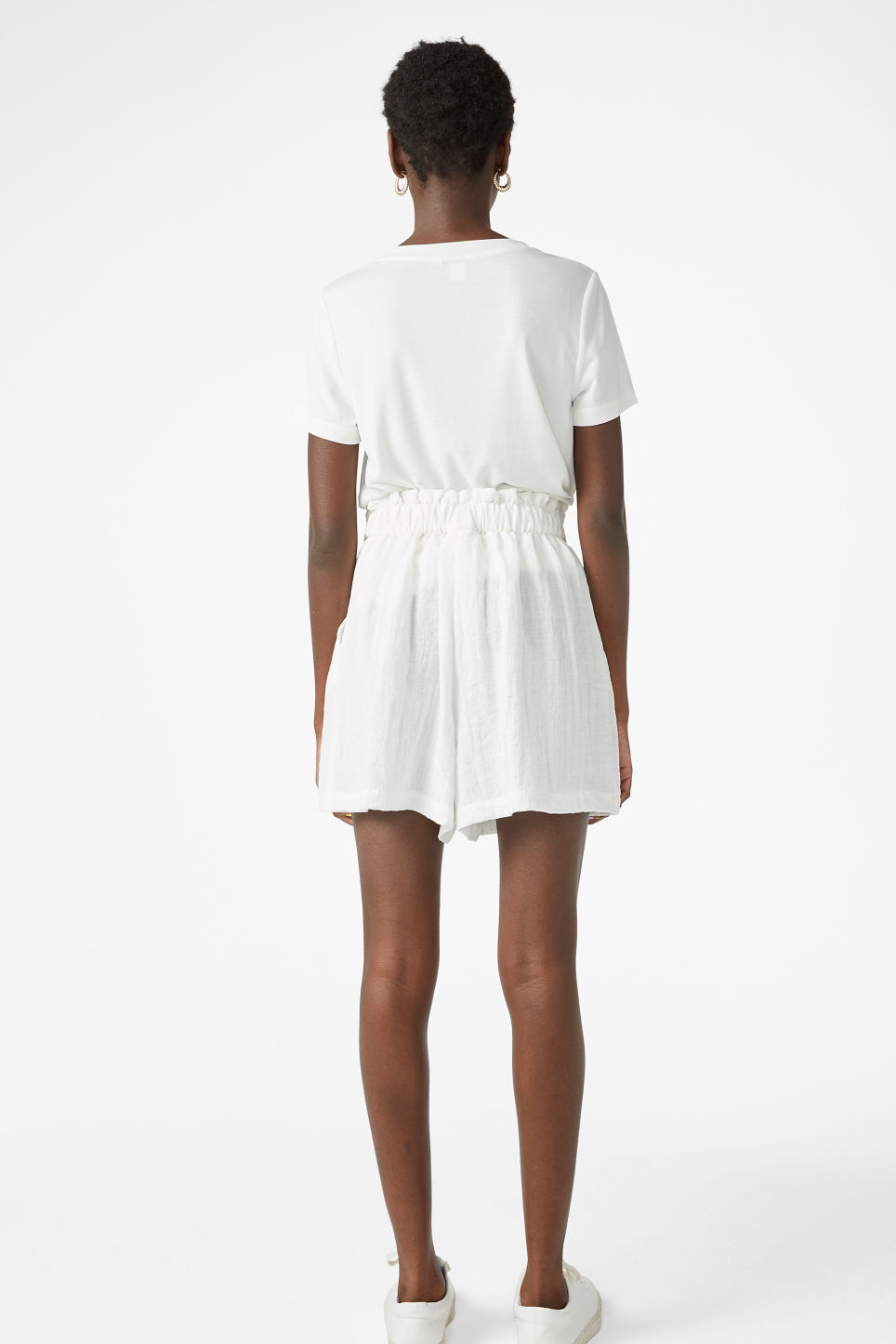 Model back image of Monki flowy shorts in white