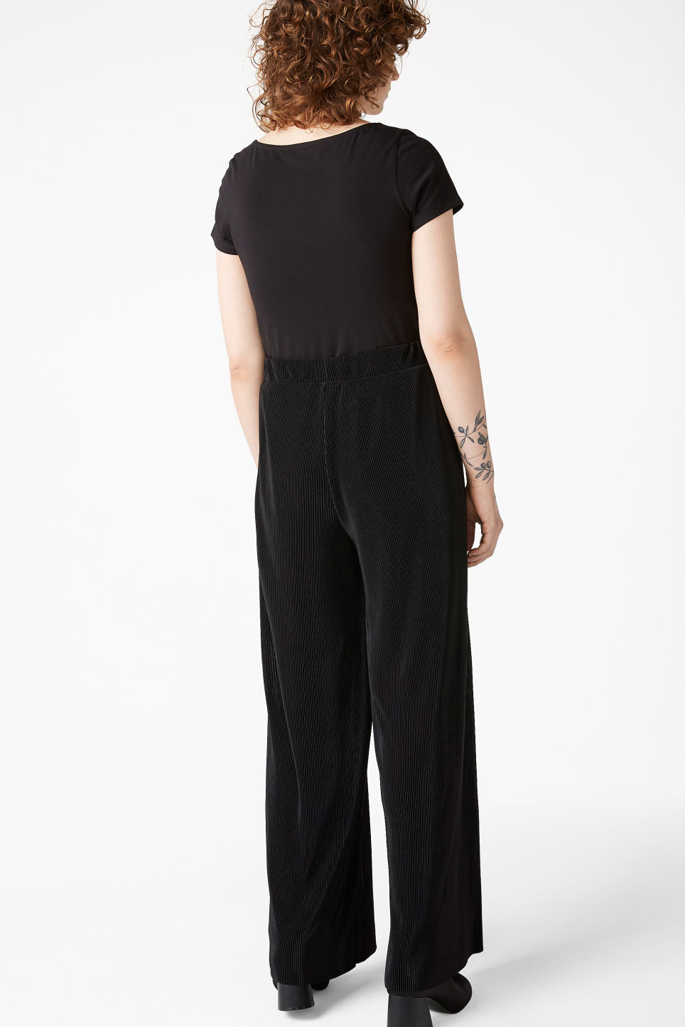 Model back image of Monki pleated plissé trousers in black