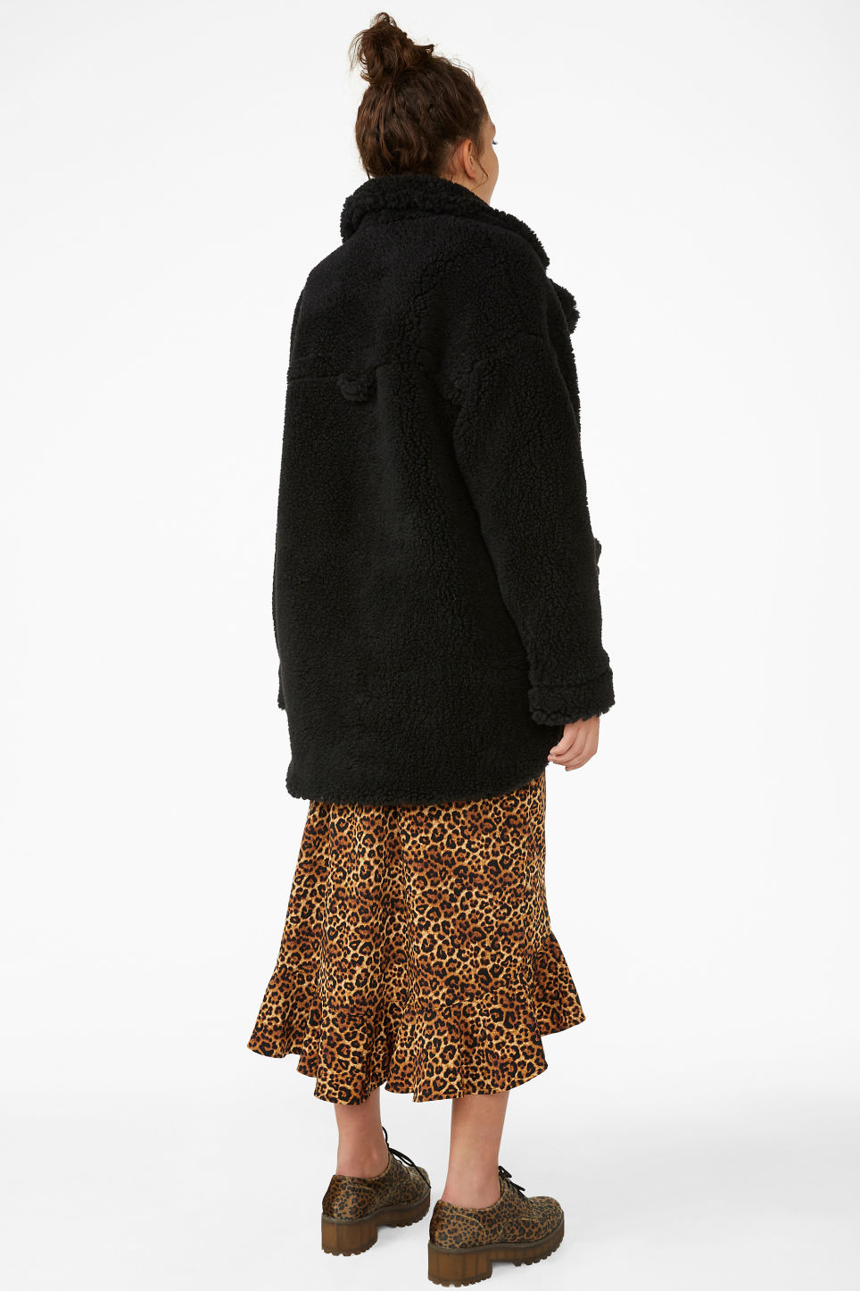 Model back image of Monki  faux shearling coat in black