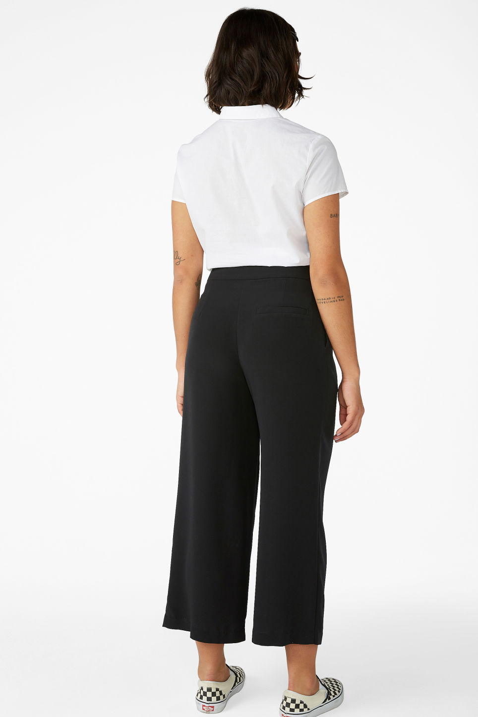 Model back image of Monki classic culottes in black