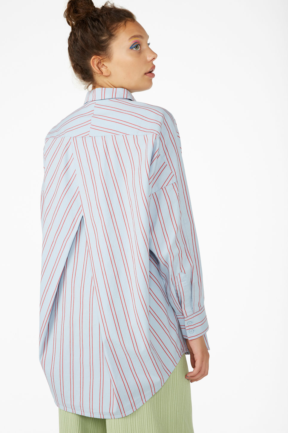 Model back image of Monki oversized blouse in blue