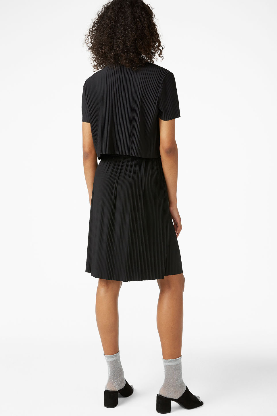 Model back image of Monki pleated top in black