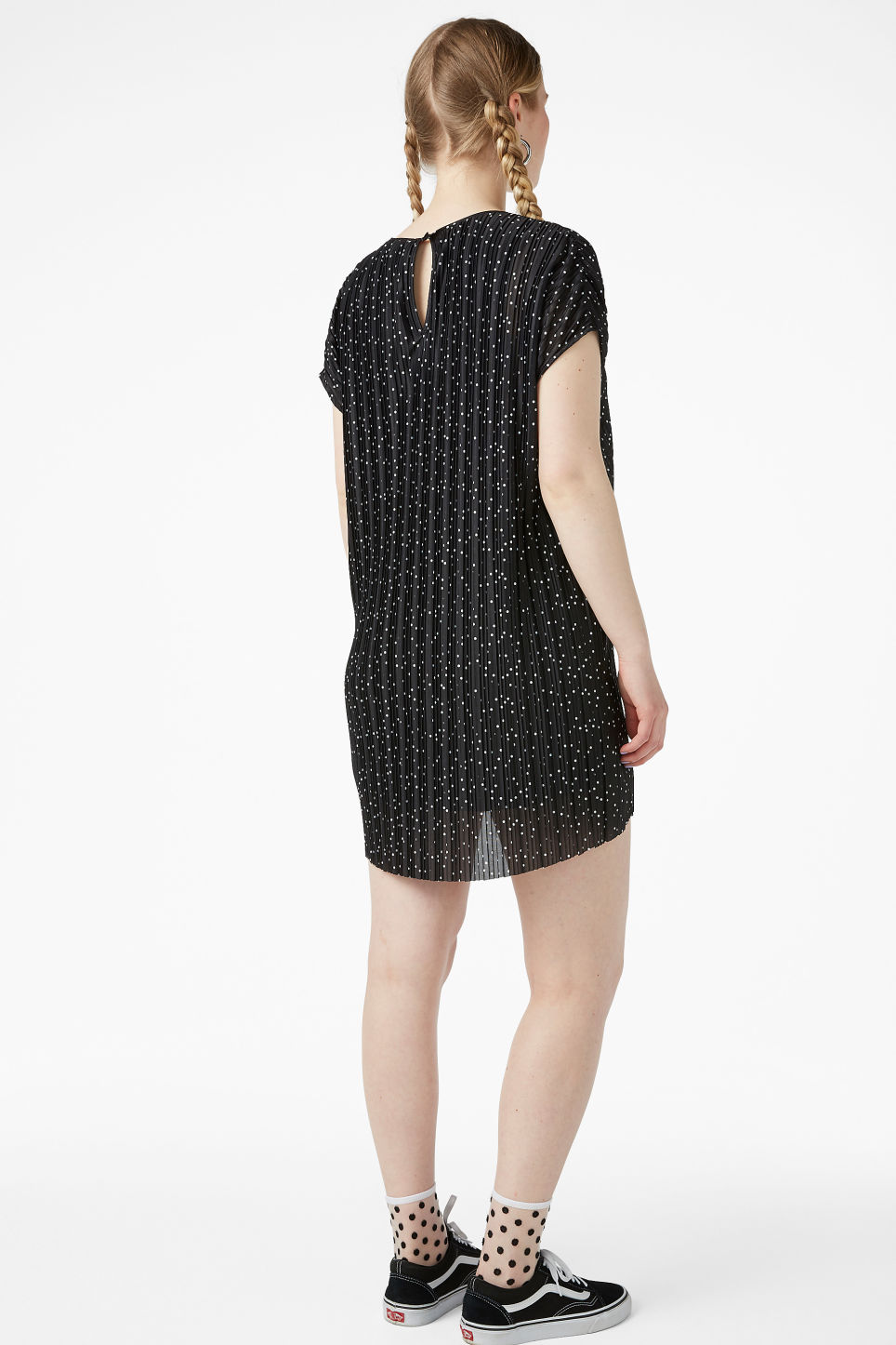 Model back image of Monki pleated t-shirt dress in black