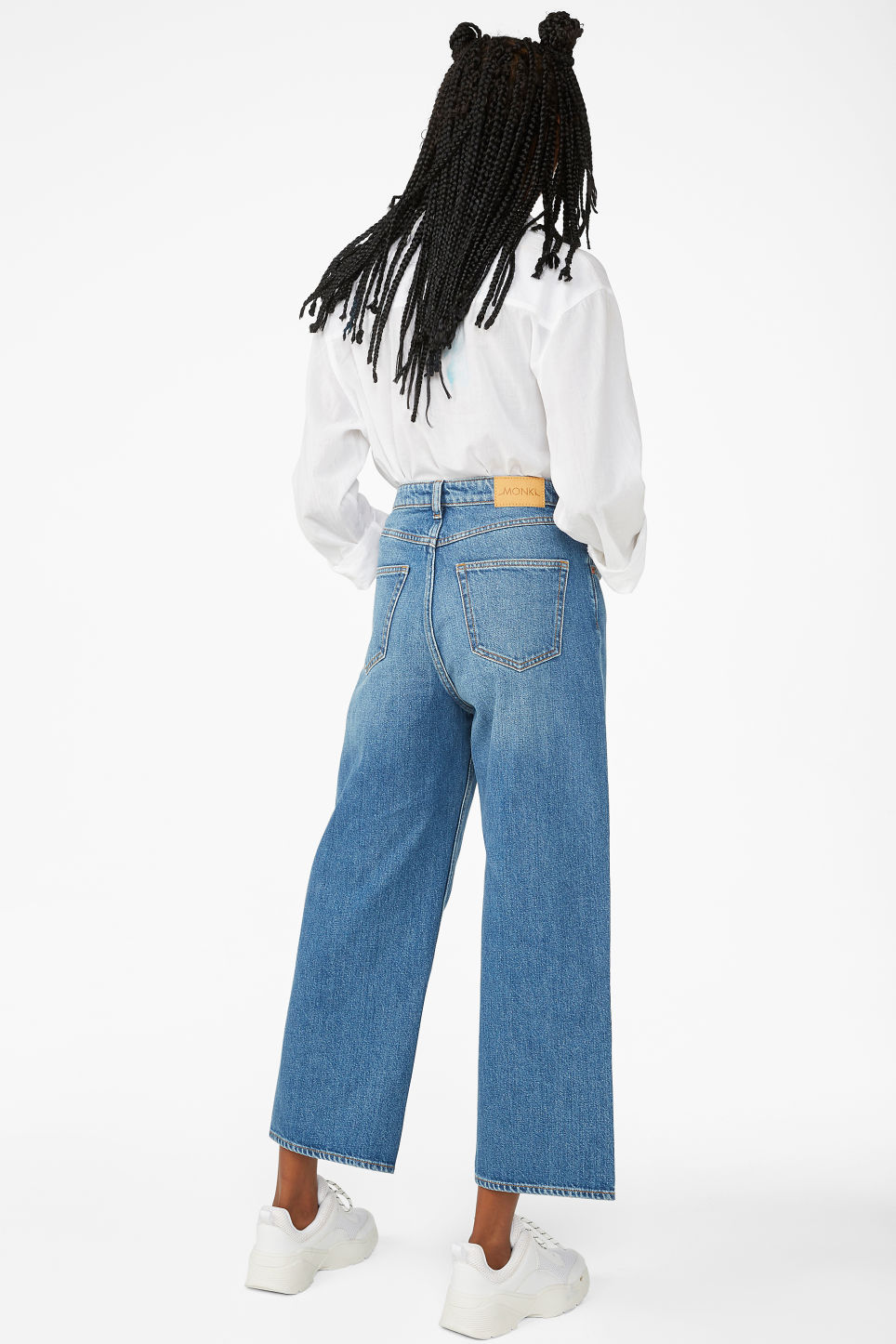 Model front image of Monki mozik mid blue jeans in blue