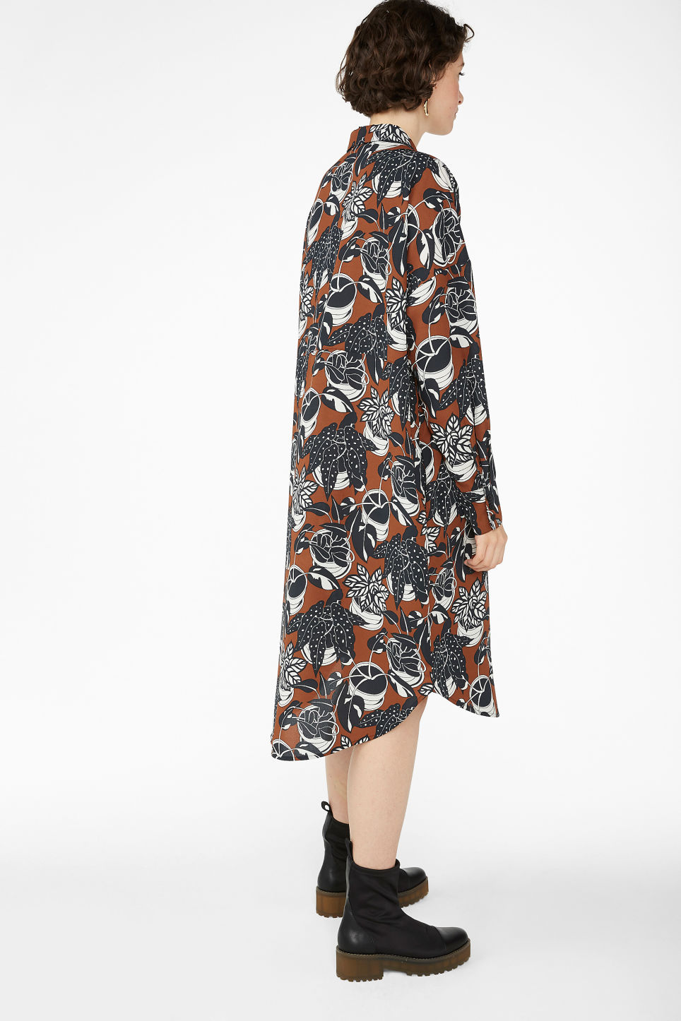 Model back image of Monki button-up shirt dress in orange