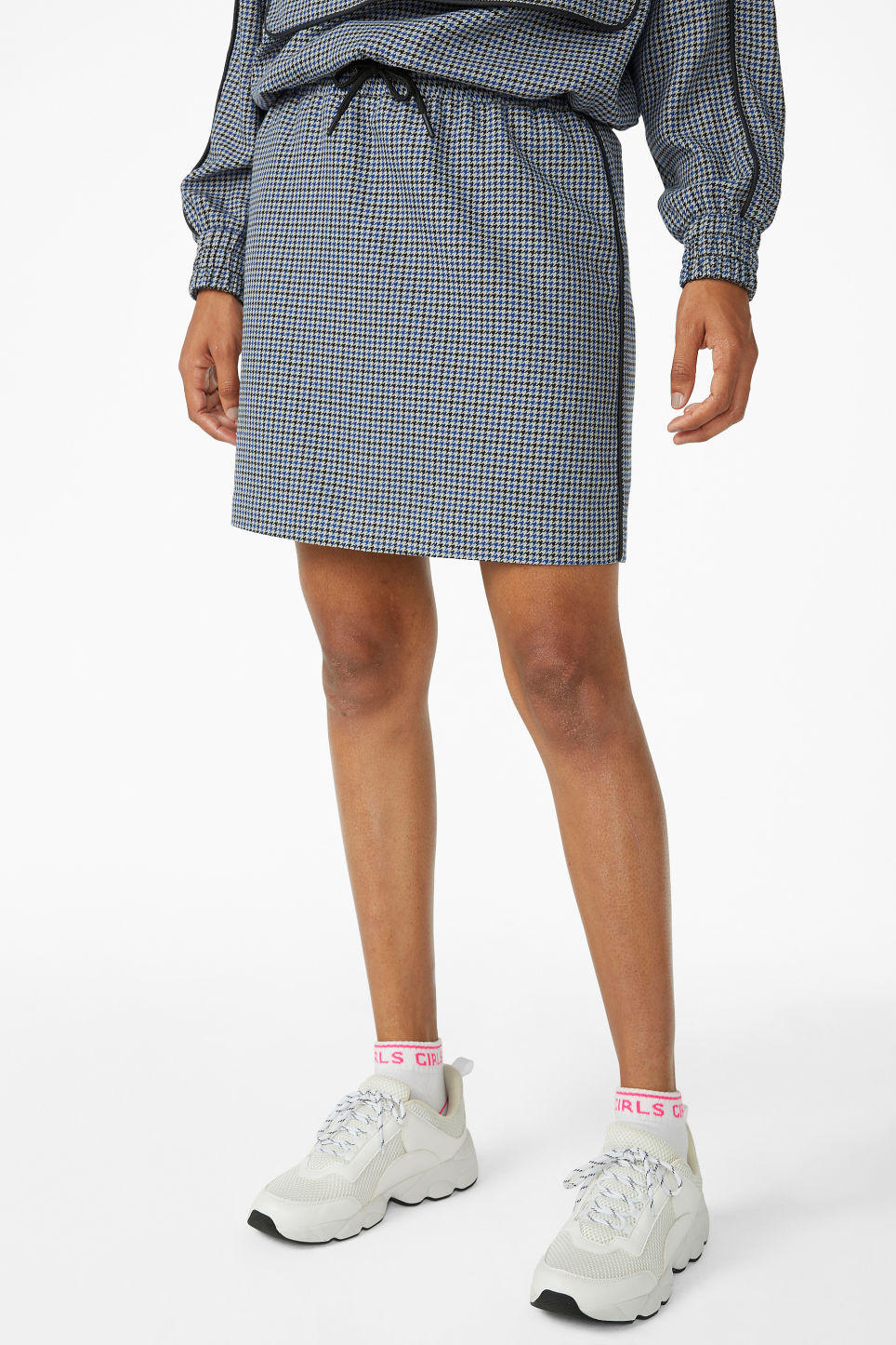 Model side image of Monki houndstooth drawstring skirt in blue