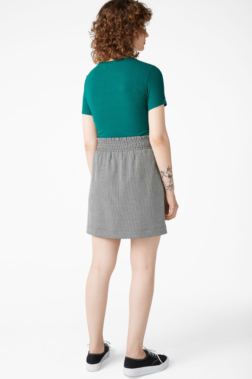Model back image of Monki houndstooth mini skirt  in white