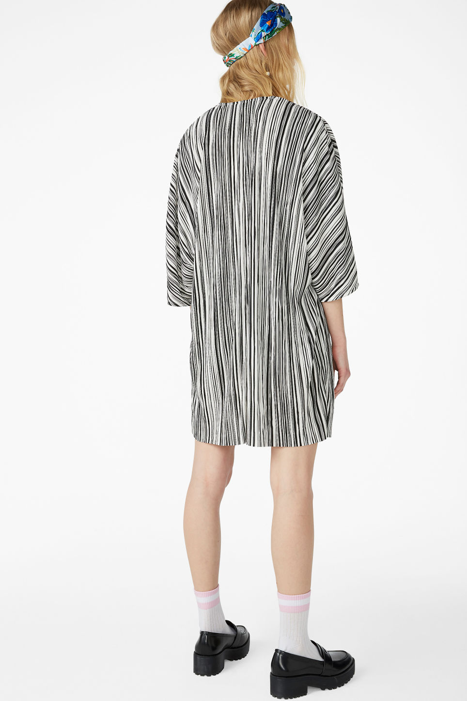 Model back image of Monki pleated kaftan in black