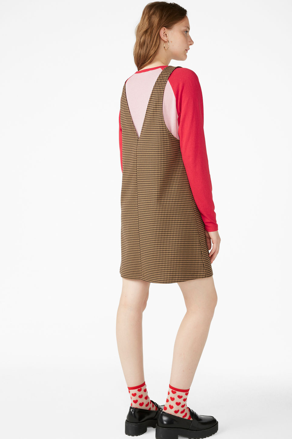 Model back image of Monki houndstooth dress in beige