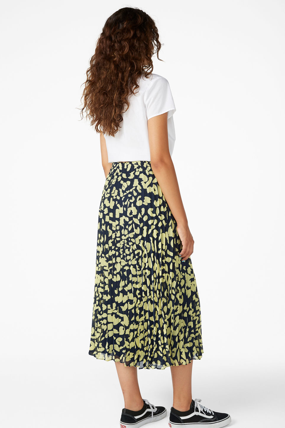 Model back image of Monki flowy midi plissé skirt in blue