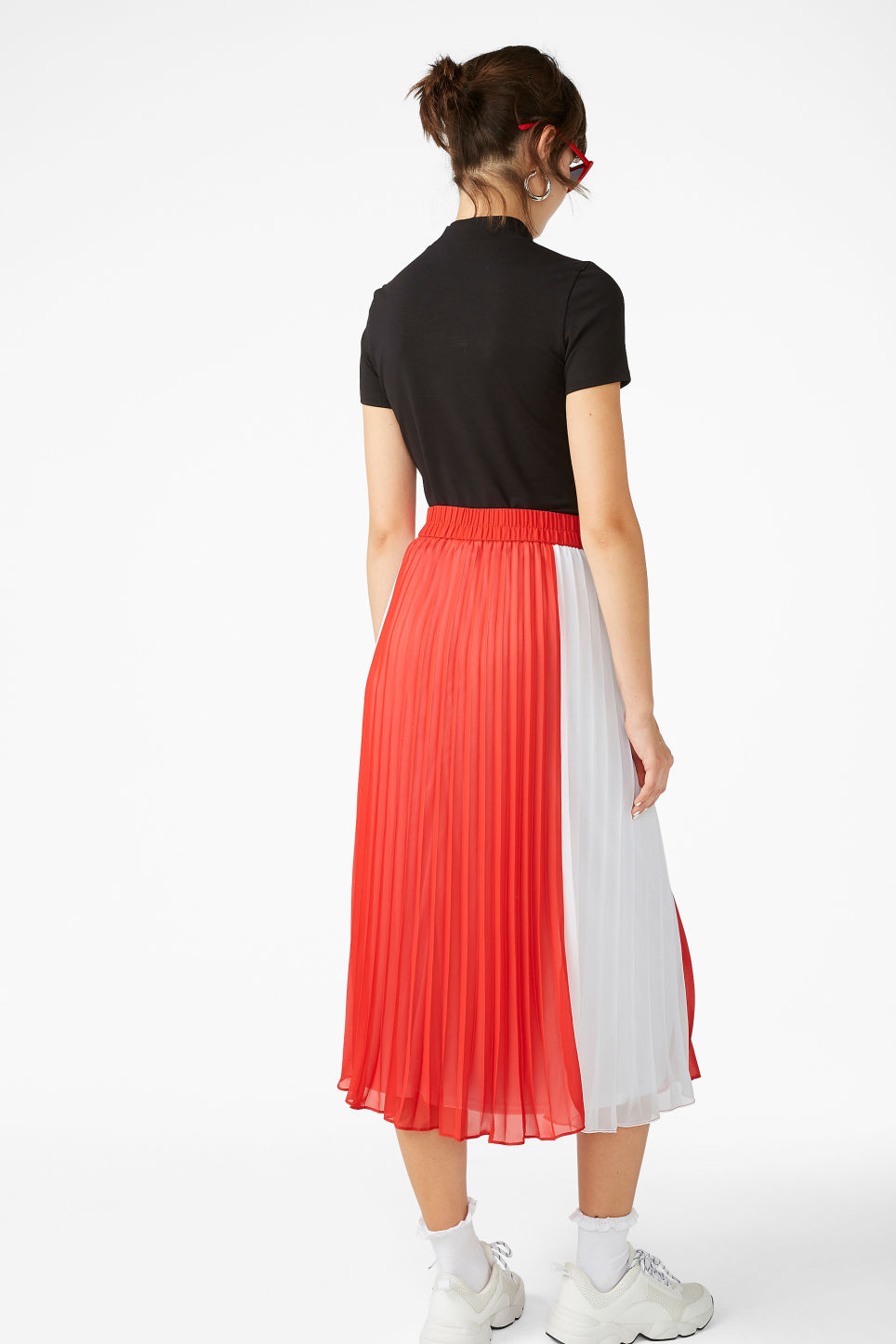 Model back image of Monki flowy midi skirt in red