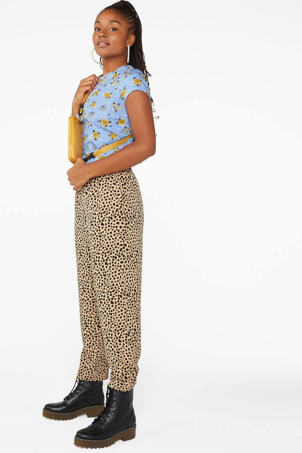 Model front image of Monki flowy trousers  in beige