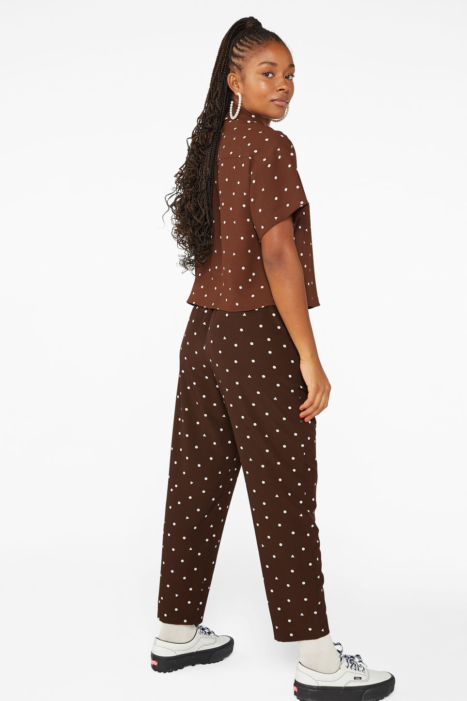 Model back image of Monki flowy trousers  in brown