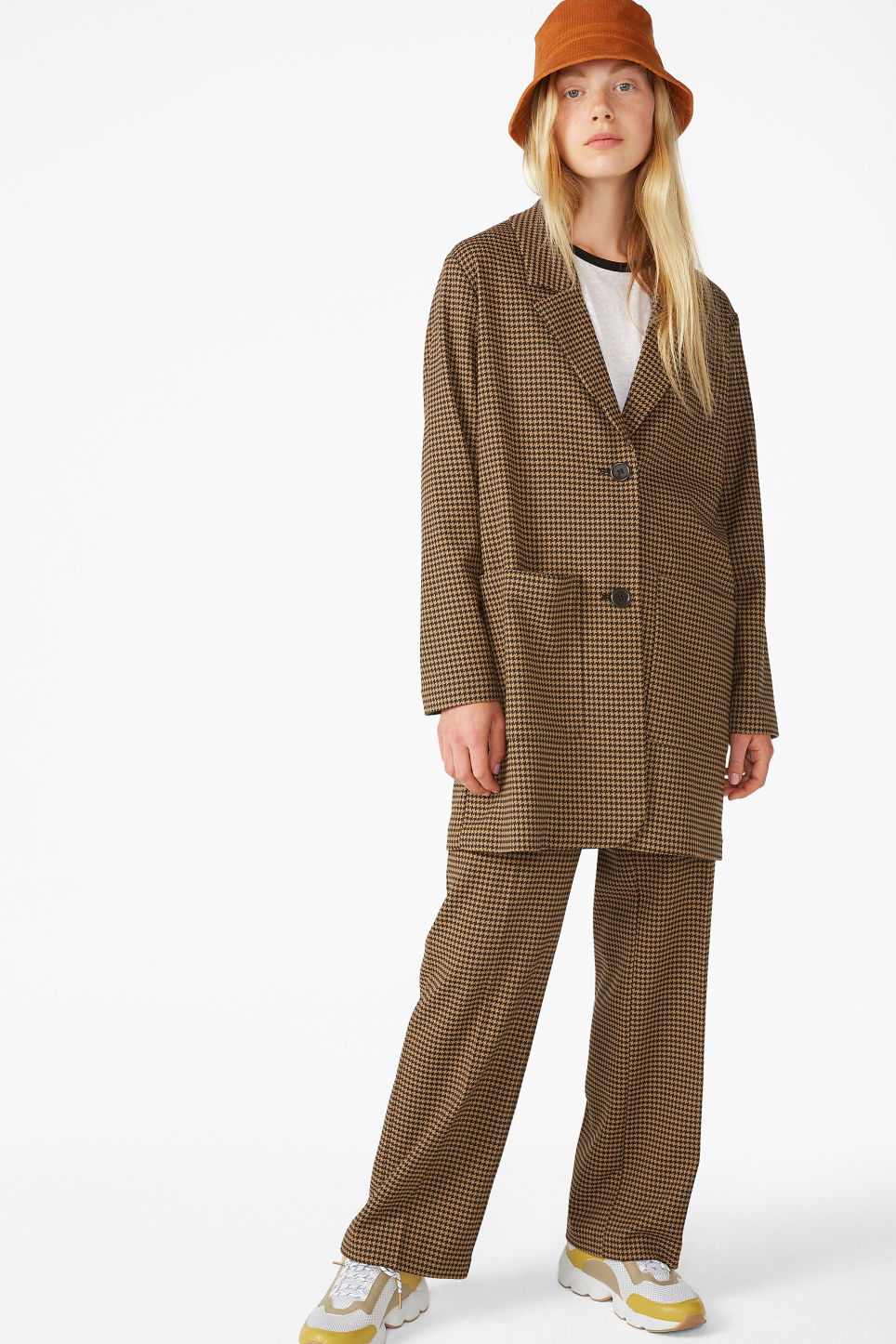 Model front image of Monki houndstooth blazer in beige