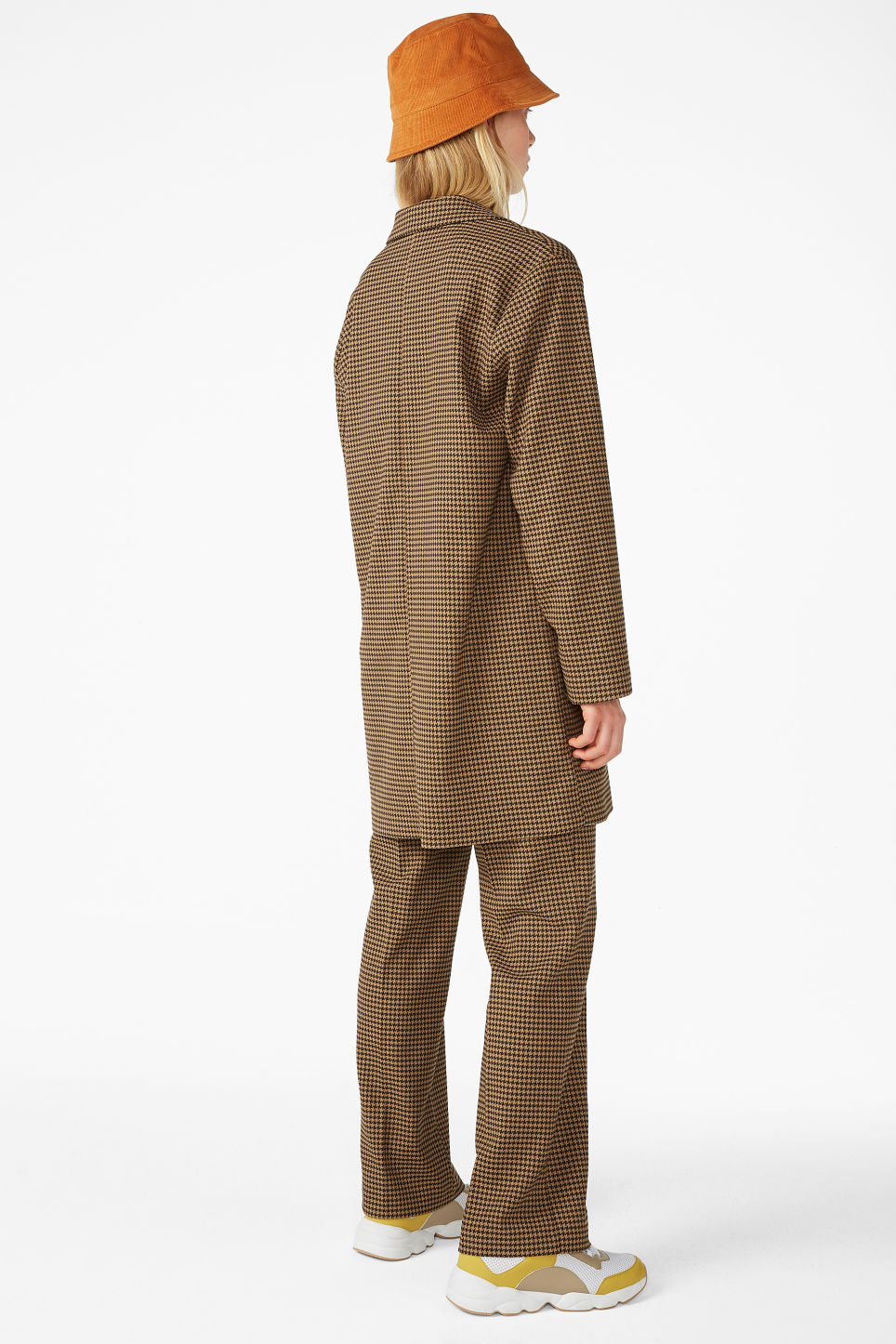 Model back image of Monki houndstooth blazer in beige