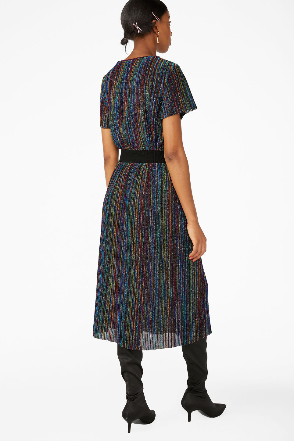 Model back image of Monki creased midi skirt in black
