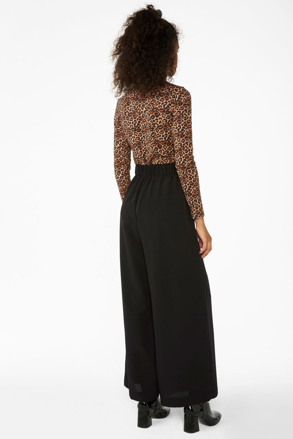 Model back image of Monki wide flowy trousers in black