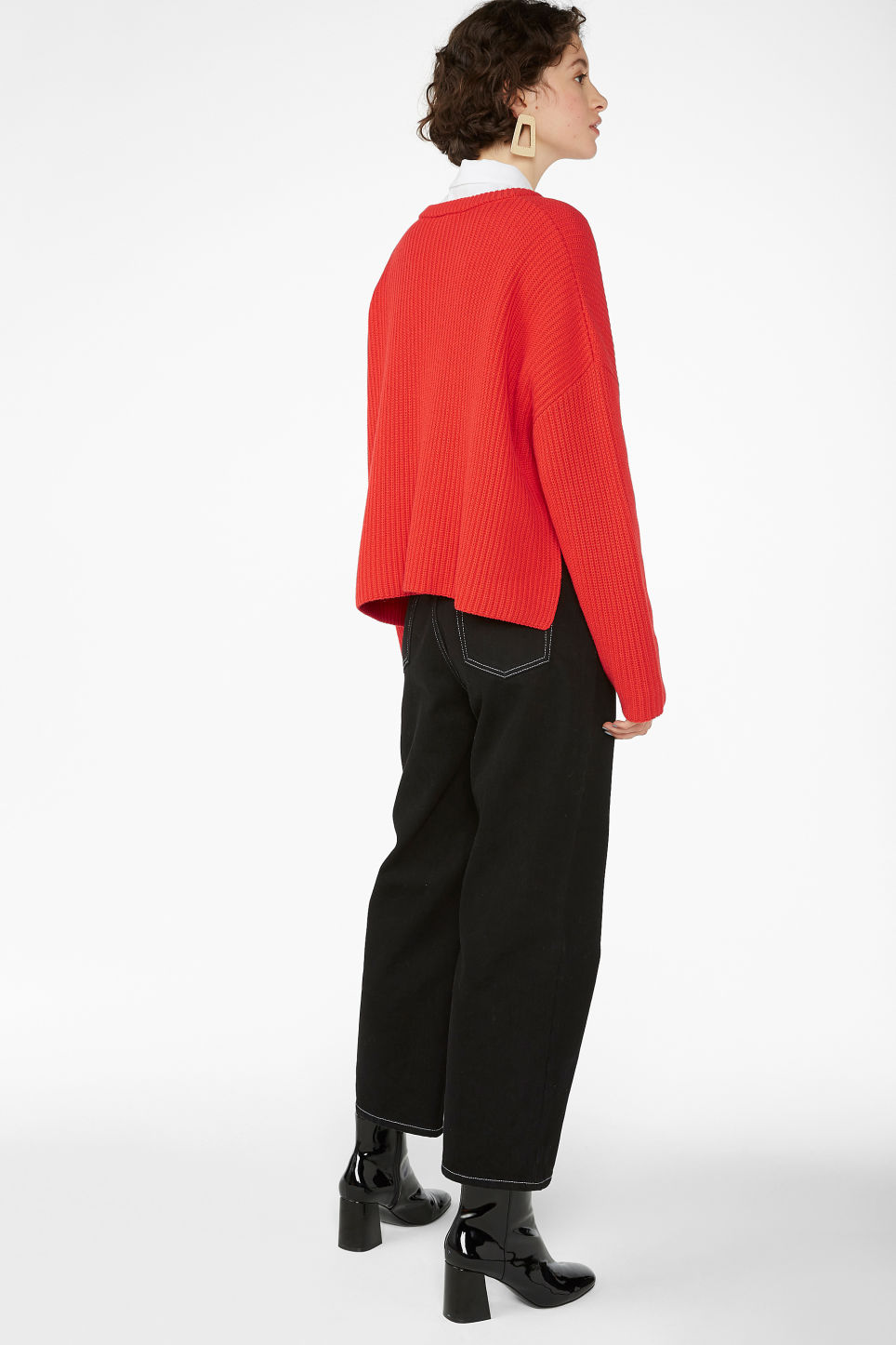 Model back image of Monki ribbed oversized sweater in red