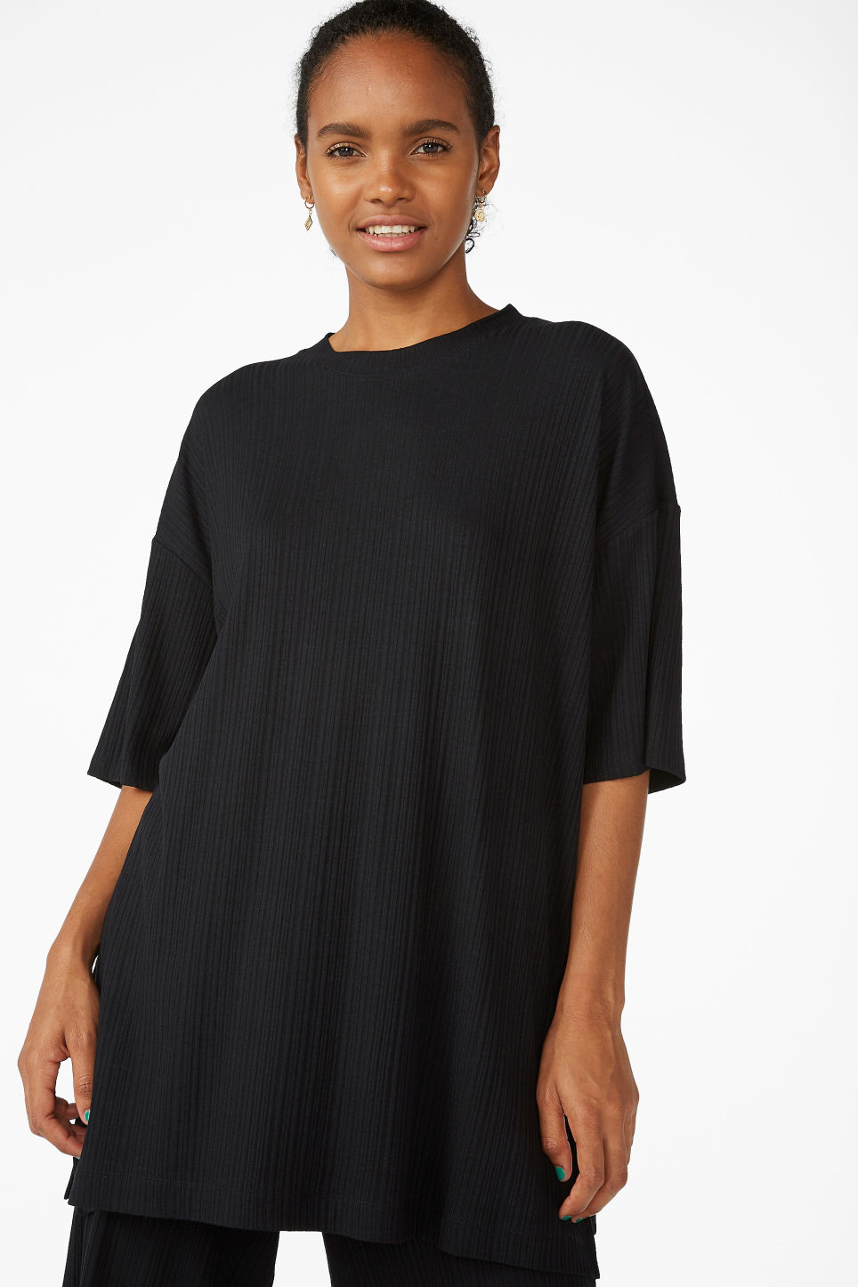 Model front image of Monki oversized t-shirt  in black