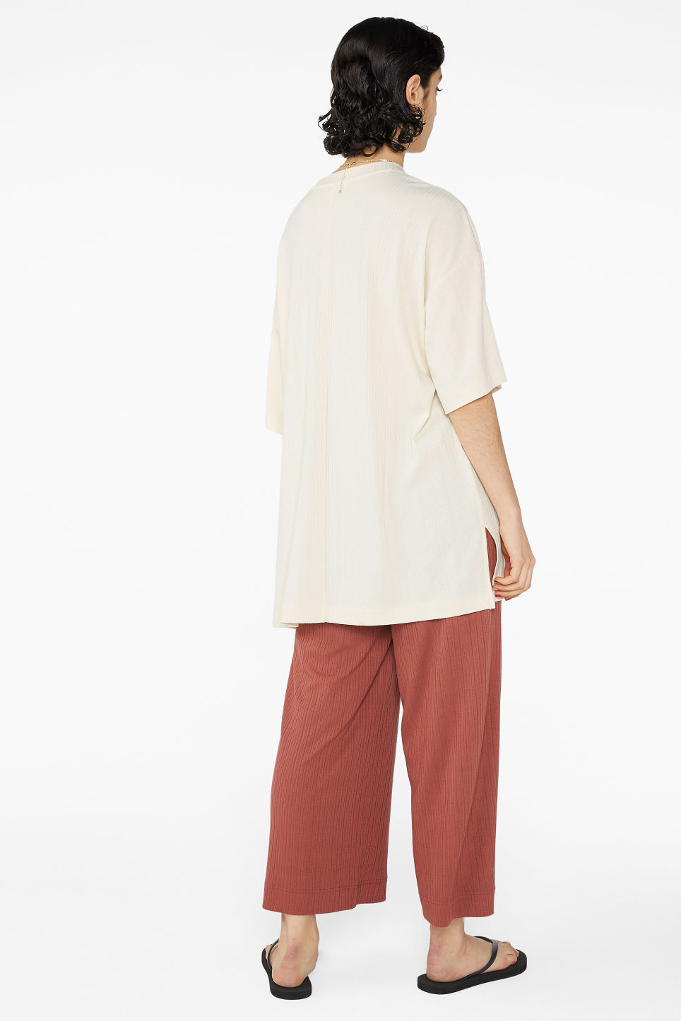 Model back image of Monki oversized side slit top in beige